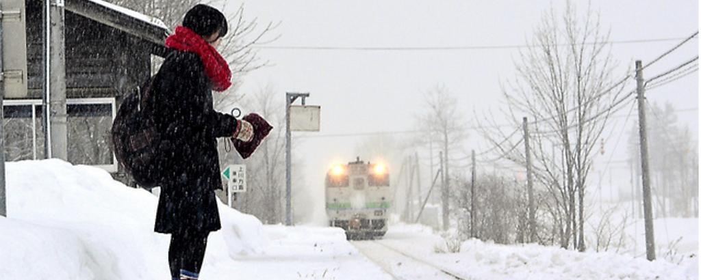 Kana Harada espera el tren que le lleva al instituto de Engaru